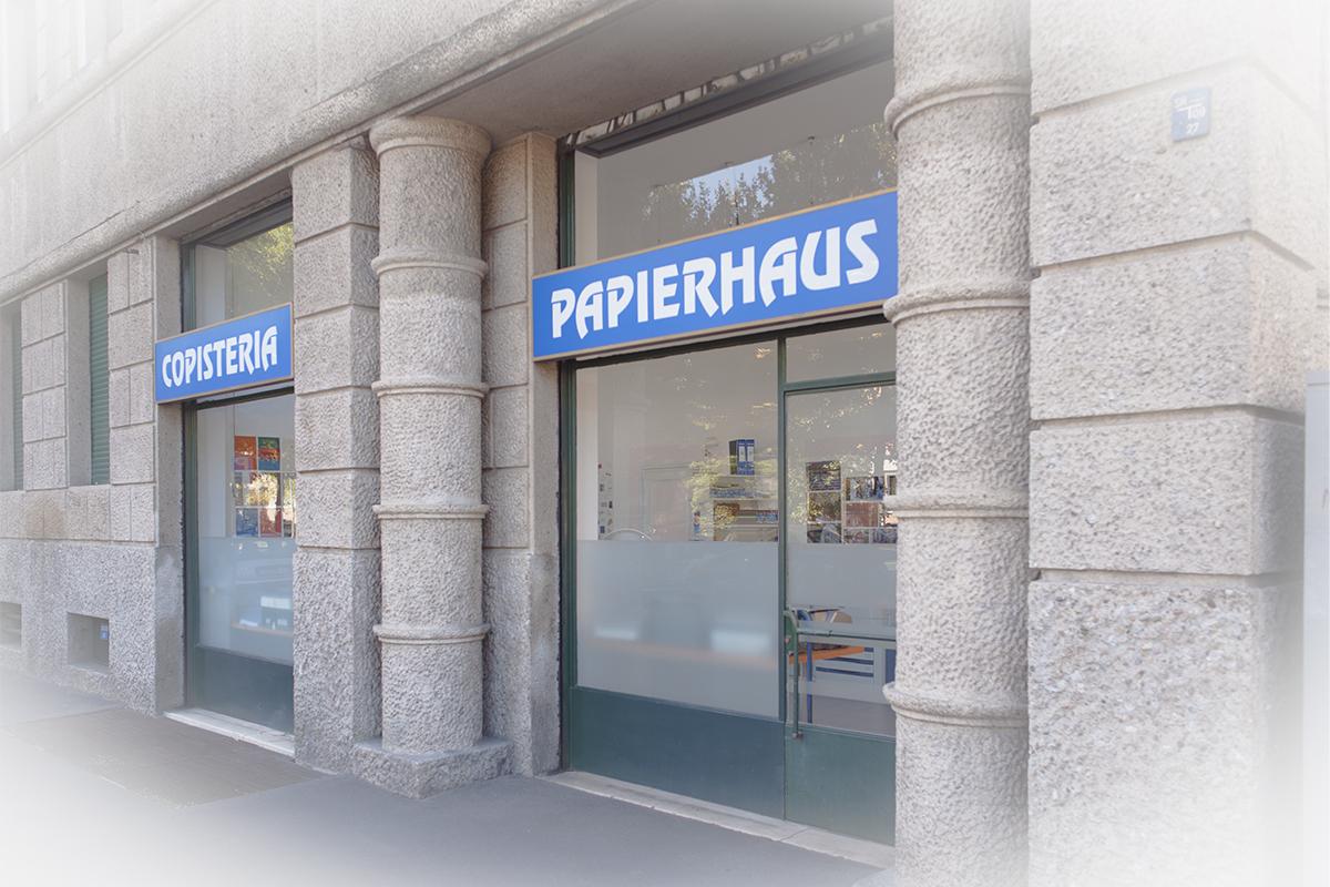 Gli esterni di Copisteria PapierHaus ... due delle tre vetrine
