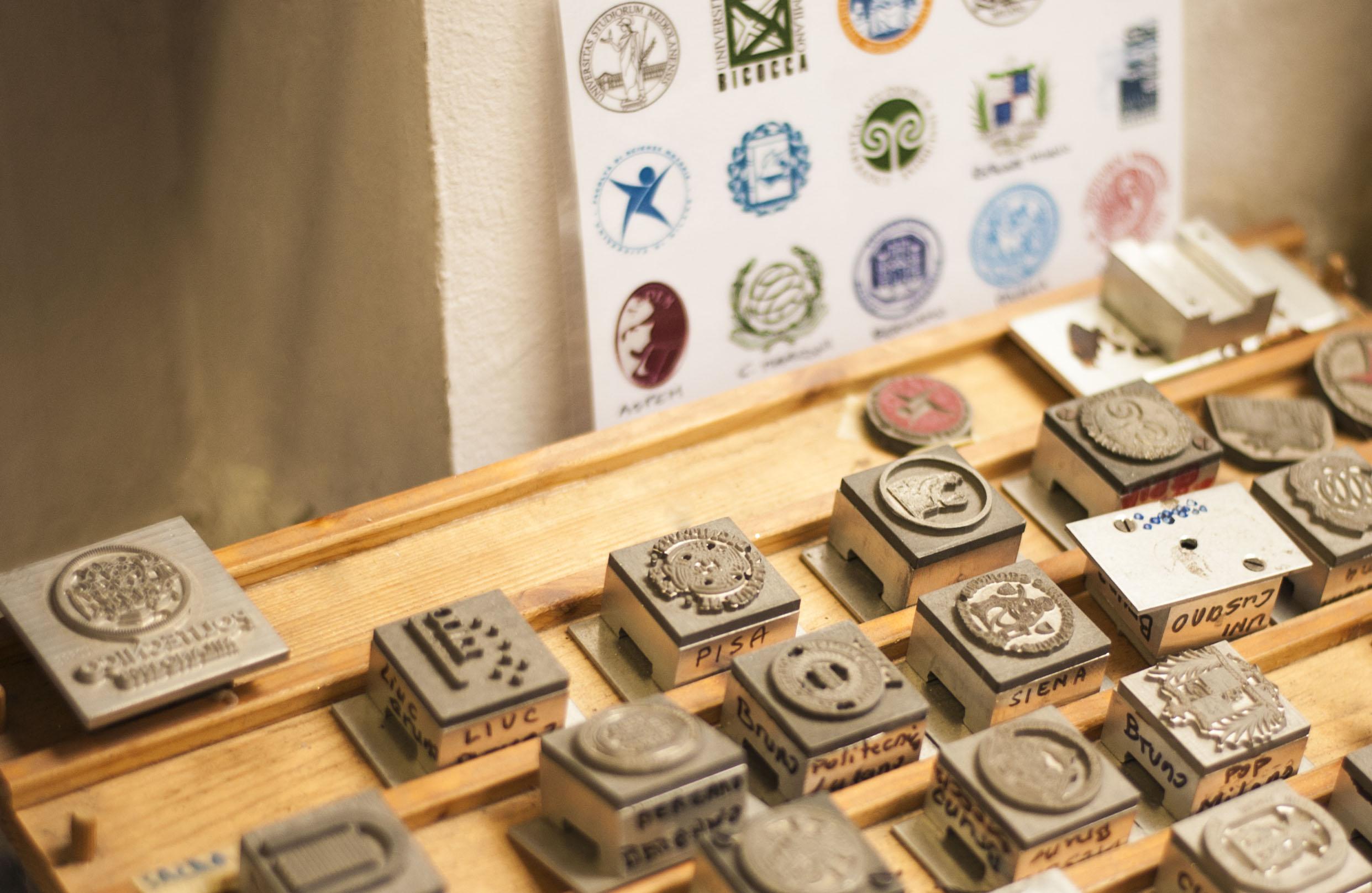 Un collezione di timbri in piombo per i Loghi Universitari